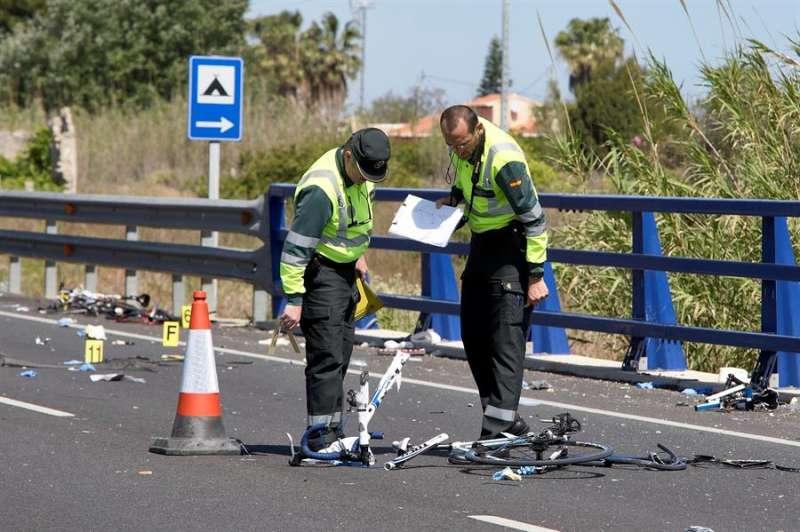 Agentes de la Guardia Civil y miembros de Emergencias rvisan los restos de una accidente de tráfico. EFE