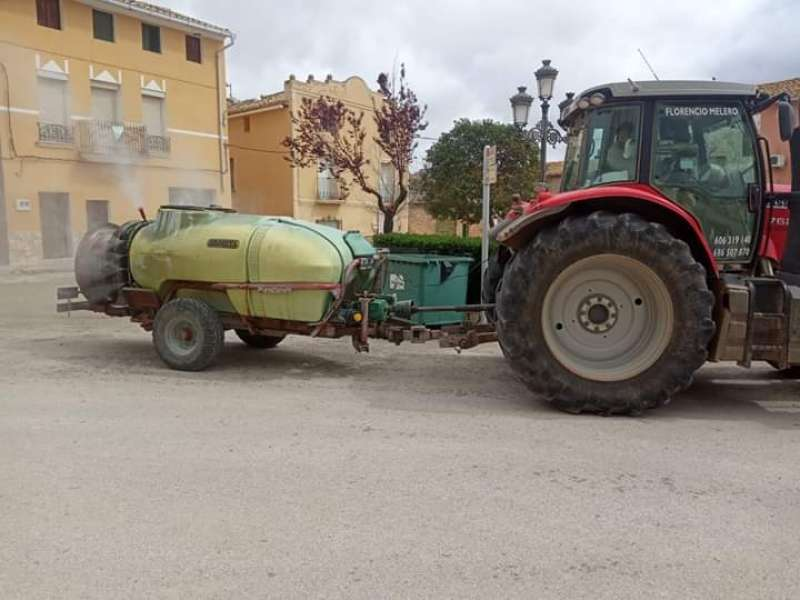 Los agricultores desinfectando las calles. / EPDA