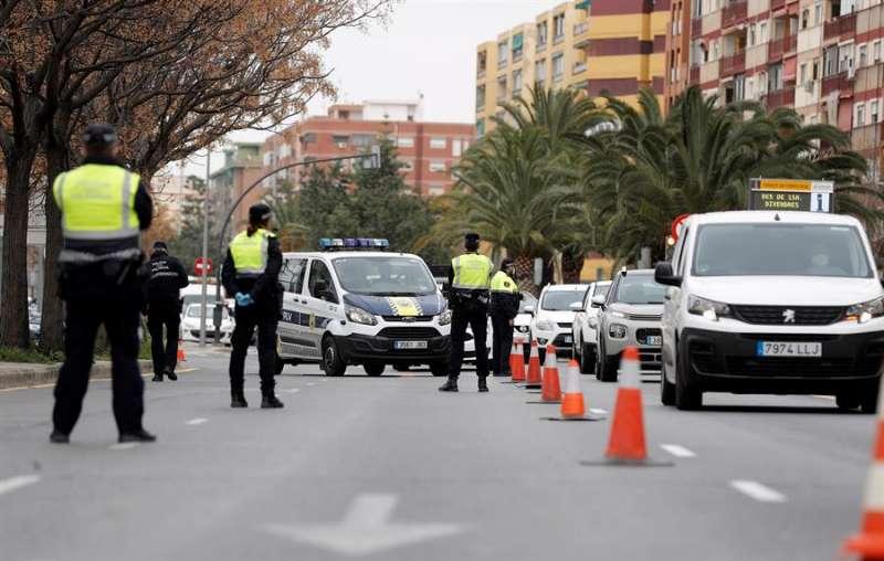 Agentes de la Policía Local realizan un control en la salida hacia Madrid el pasado viernes. EFE