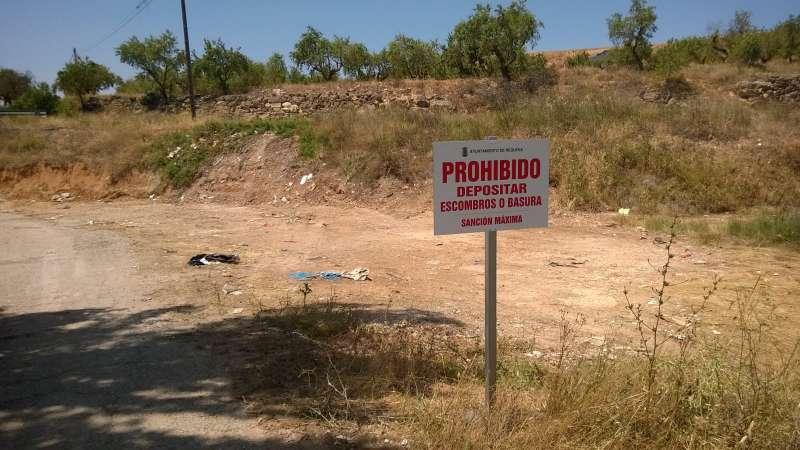 Cartel prohibitivo de escombros y basura. EPDA