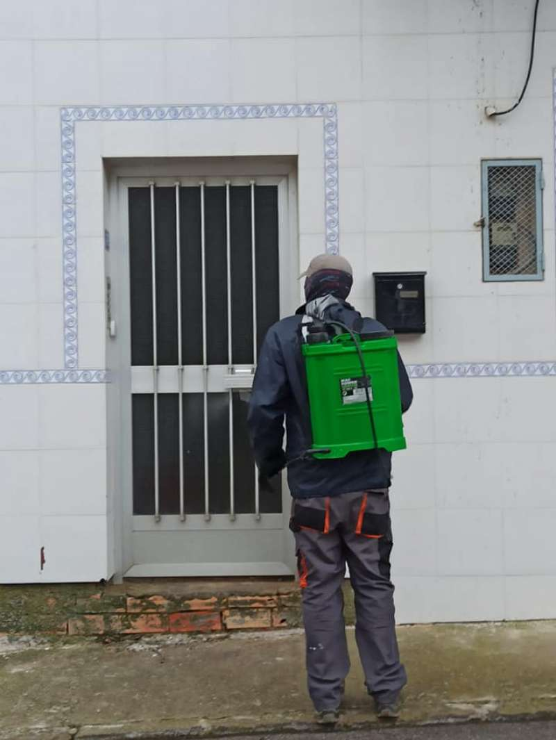 Un técnico municipal limpia la fachada de un domicilio