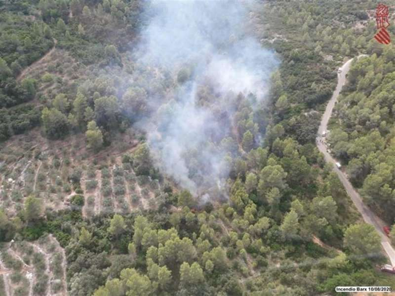 Una imagen del incendio facilitada por Emergencias. EFE