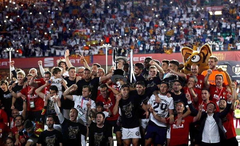 Numerosos aficionados celebrando el éxito. EFE
