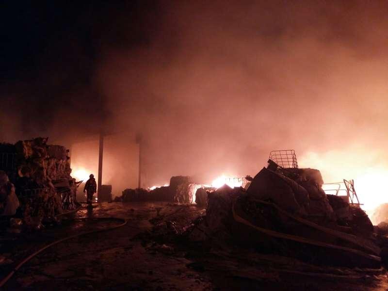 Els bombers impedeixen que s?estenga l?incendi d?una empresa de reciclatge a Benaguasil
