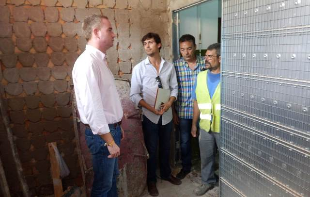 El alcalde durante su visita a las obras. FOTO: EPDA