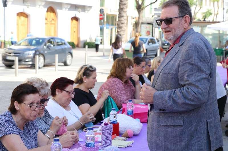 Jesús Ros en día mundial de tejer en público