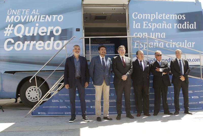 El president de la Generalitat Valenciana, Ximo Puig, entre el alcalde de Alicante y el presidente de AVE. EFE/Archivo