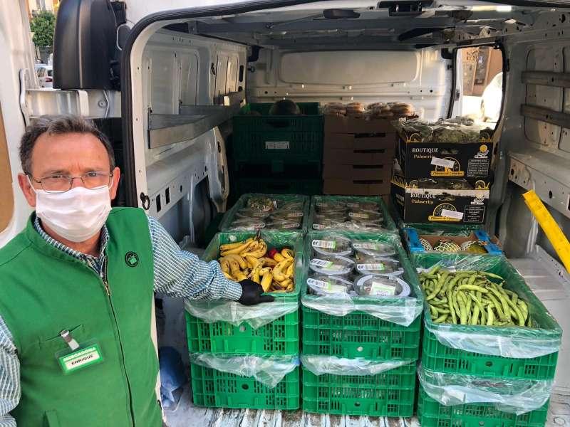Trabajador de Mercando preparando entrega de productos de primera necesidad. EPDA