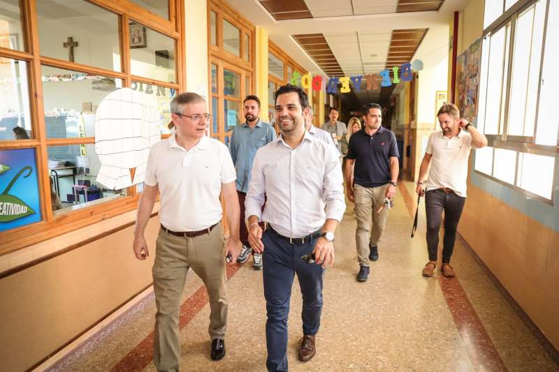 Sagredo visita uno de los centros educativos de Paterna. EPDA