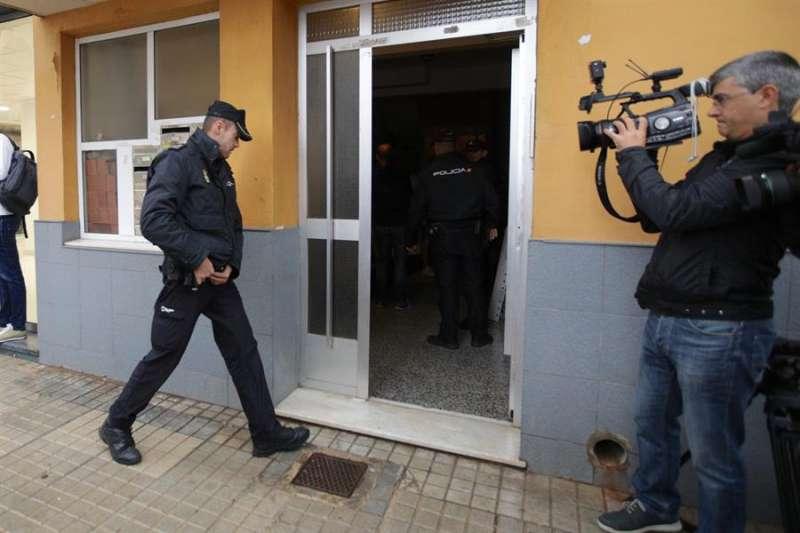 Agentes de la Policía Nacional acceden a la vivienda donde han ocurrido los hechos. EFE/Natxo Francés