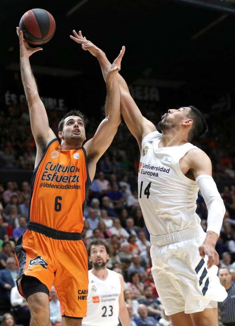 El alero del Valencia Basket Alberto Abalde entra a canasta . EFE/Archivo