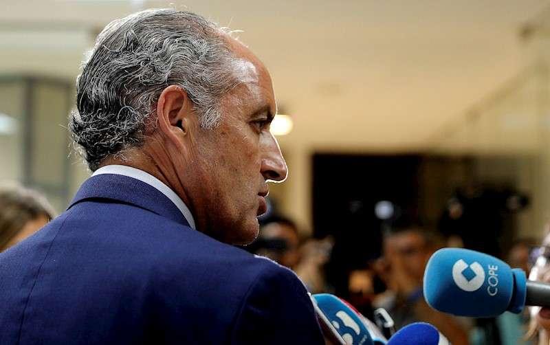 El expresident de la Generalitat, Francisco Camps, atiende a los medios de comunicación en una imagen de archivo. EFE