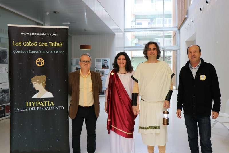 La companyia Gatos amb el regidor de Cultura i Educació de Sagunt. EPDA