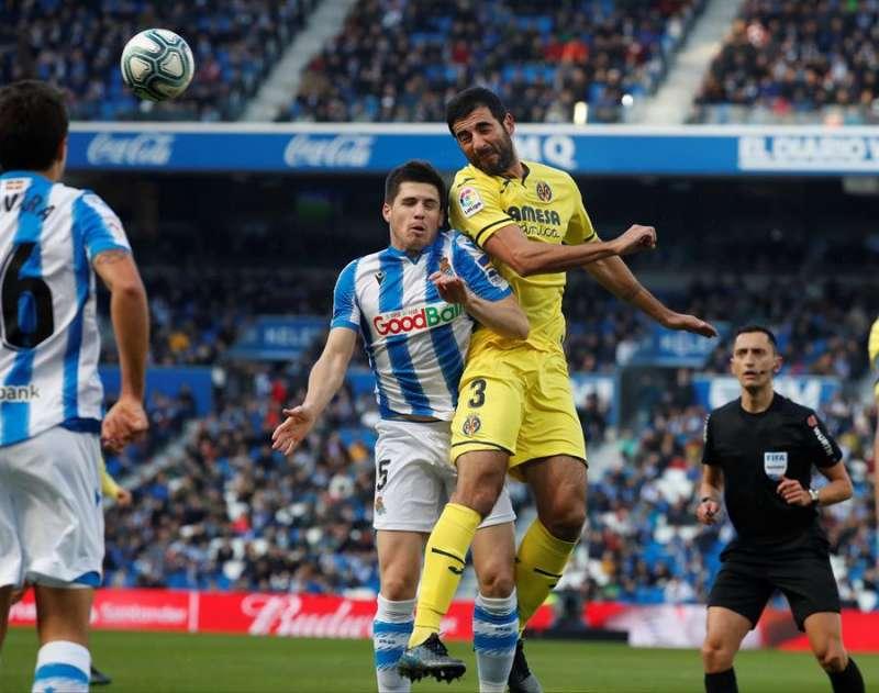 Raúl Albiol (d) pugna por el balón en un partido ante la Real Sociedad EFE/Archivo