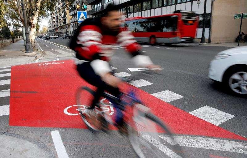 Un ciclista circula por el carril bici de València. EFE/Archivo
