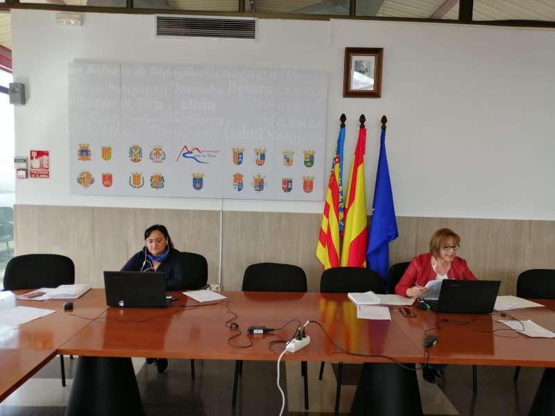 La presidenta de la Mancomunitat, Lola Celda, a la derecha, durante la Junta de Gobierno celebrada telemáticamente. / EPDA