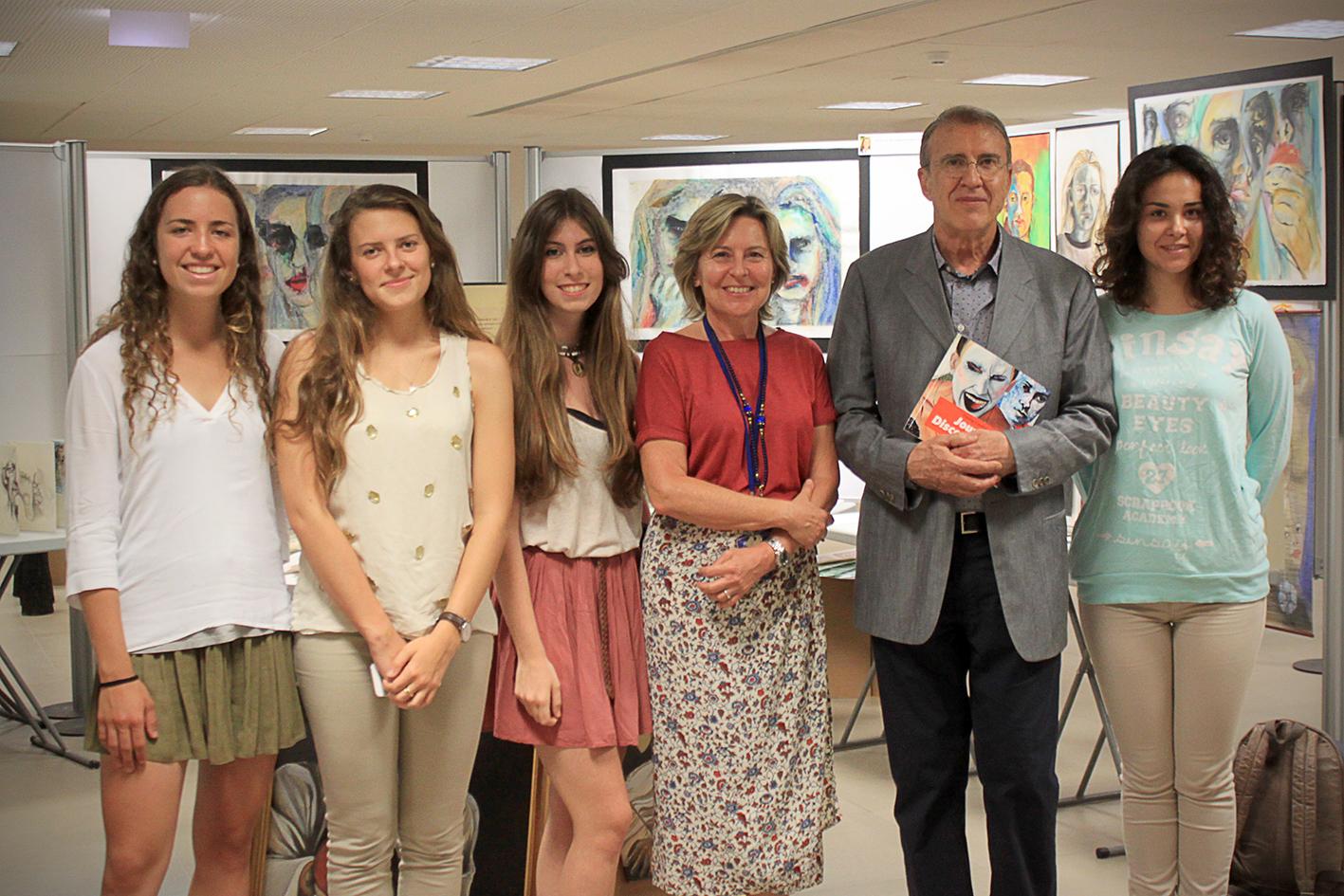 José Mª Yturralde y la directora de Caxton College, Amparo Gil, con un grupo de artistas de la exposición Young Caxton Artists. EPDA