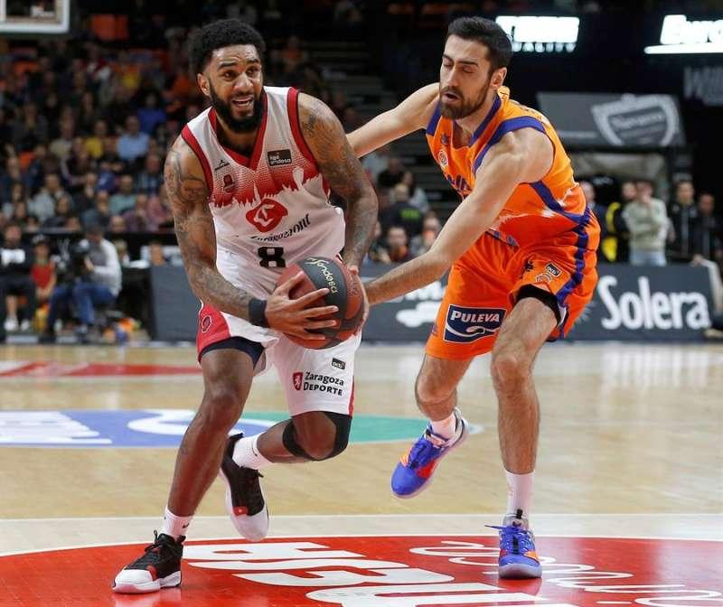El escolta del Valencia Basket Joan Sastre (d) defiende a un rival. EFE/Archivo