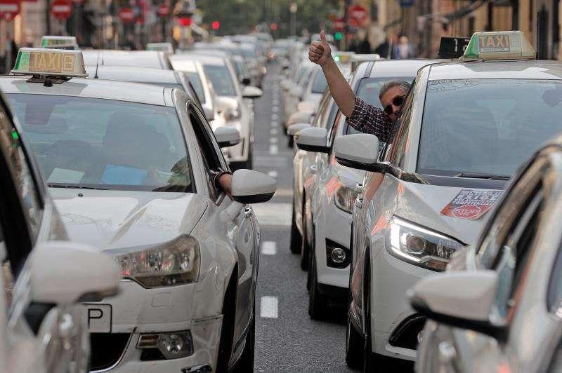 Taxistas durante una manifestación por las calles de València para pedir una regulación de los VTC. EFE/ Archivo