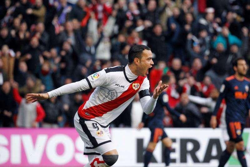 El delantero del Rayo Vallecano Raúl de Tomás celebra su gol ante el Valencia CF. EFE