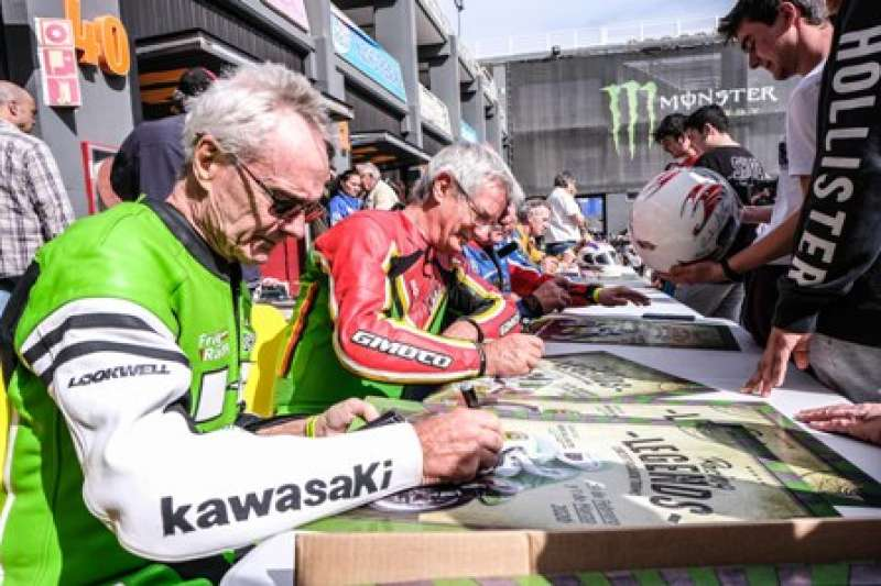Kork Ballington firmando autógrafos. EPDA