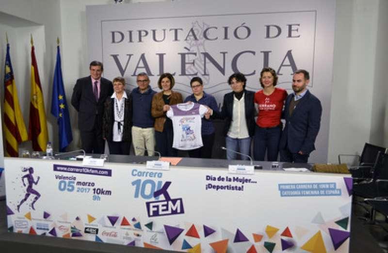 De izquierda a derecha, Maravillas Aparicio, Nosotras Deportistas; Isabel García Sánchez, diputada delegada de Juventud, Deportes e Igualdad, y Maite Girau, concejala de Deportes. EPDA