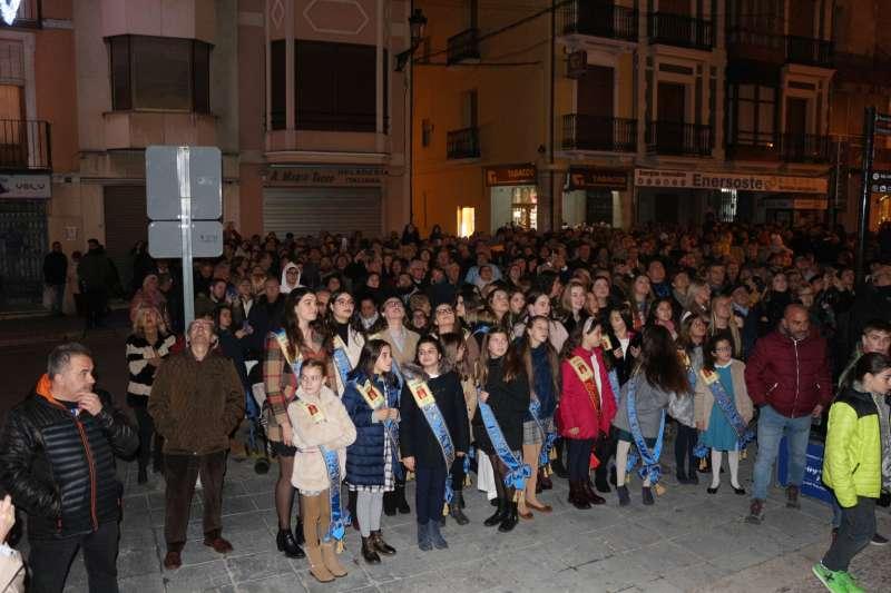 Público expectante en la calle
