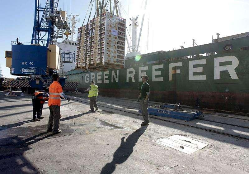 En la imagen, varios operarios cargan la mercancía en un barco atracado en el puerto de Castellón. EFE/Archivo