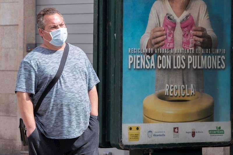 Un hombre con mascarilla por la calle. EFE