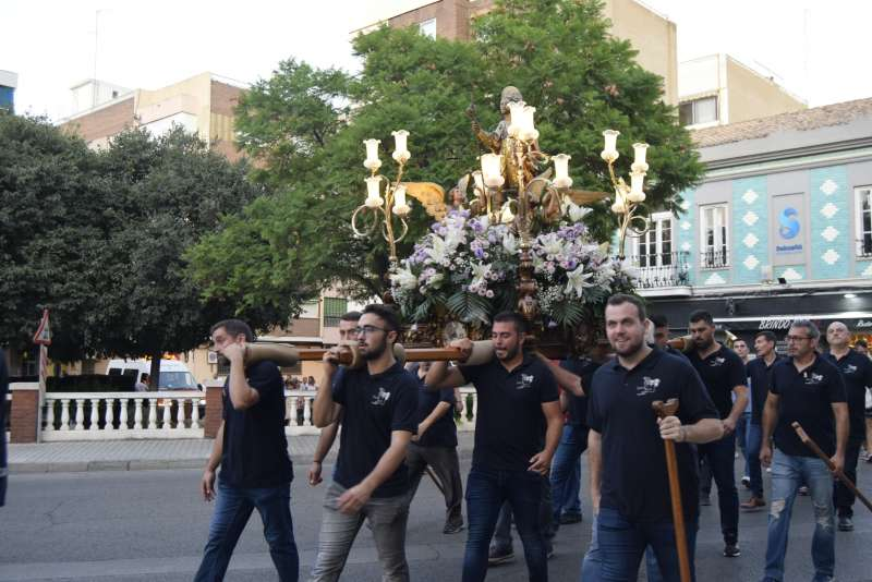 La figura de San Roque recorre las calles de Burjassot. EPDA