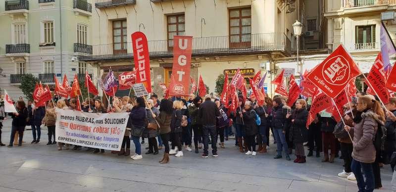 Trabajadoras de la limpieza de la Comunitat ante el Palau de la Generalitat. FOTO EPDA