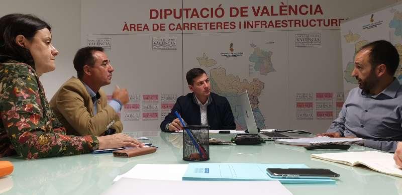 Reunión del Ayuntamiento de Riba-roja con el diputado de Carreteras, Rafael García. / EPDA
