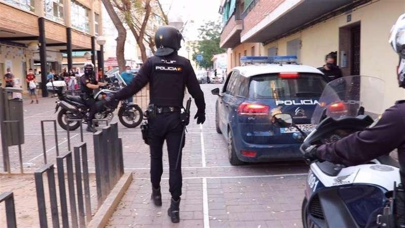 Un momento del operativo policial para poner fin al altercado, en una imagen facilitada por la Policía Nacional. EFE