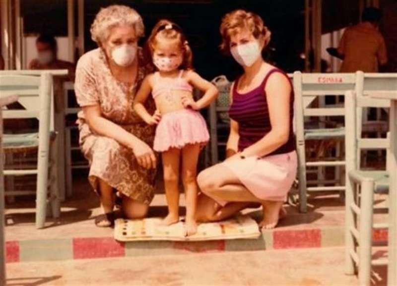Save the Children ha colocado una mascarilla en una imagen de Mónica Oltra cuando tenía 3 años con su familia. EFE