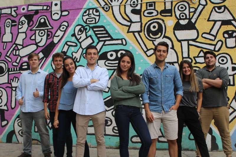 El grupo de ocho estudiantes del  Grado de Liderazgo Emprendedor e Innovación (LEINN).
