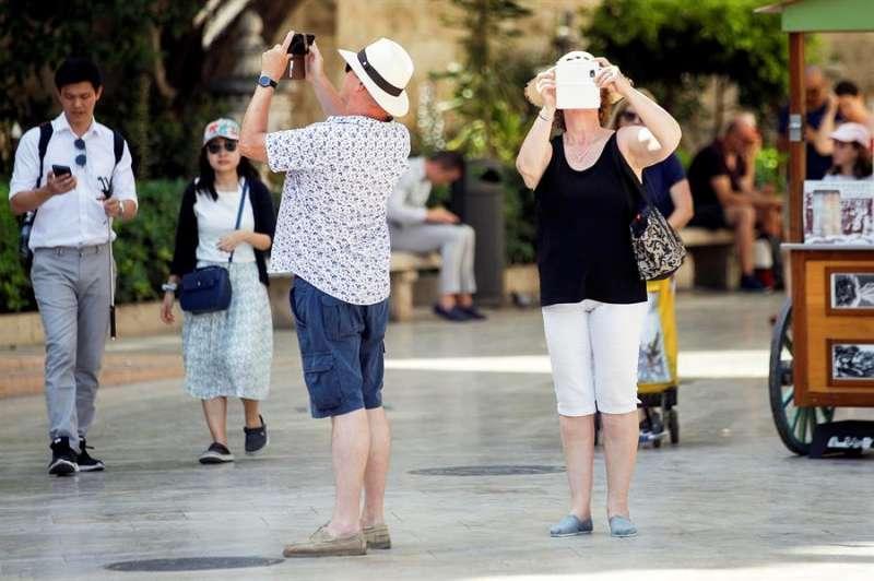 Varios turistas fotografían València con sus teléfonos móviles. EFE/Escobar/Archivo