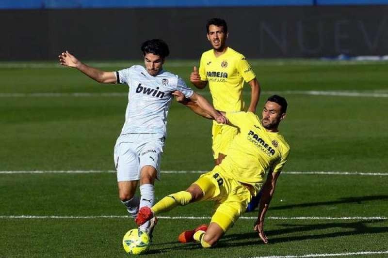 El jugador del Villarreal Vicente Iborra (d), y el jugador portugués del Valencia Gonçalo Guedes, durante el partido en el estadio de la Cerámica. EFE/Domenech Castelló./ EPDA