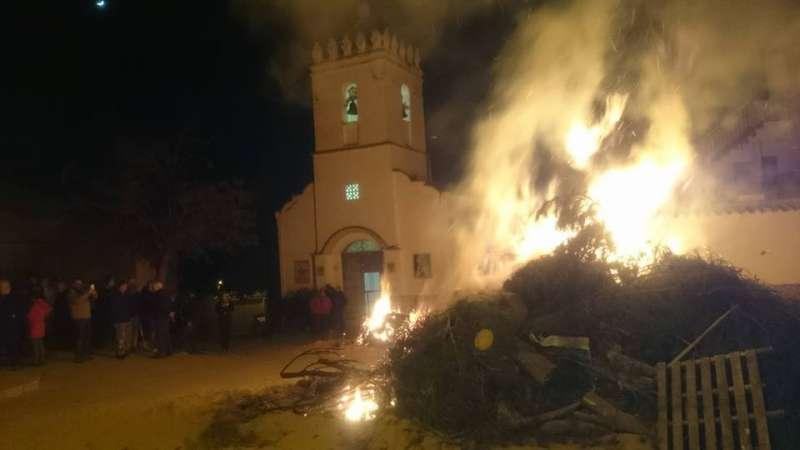 Hoguera de San Antón de la aldea Casa de Prada, Venta del Moro./EPDA