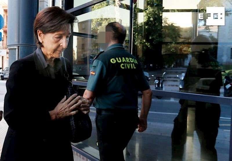 Las hermana de Carmen Martínez, viuda del expresidente de la Caja de Ahorros del Mediterráneo (CAM) Vicente Sala y asesinada de dos tiros en diciembre de 2016, Antonia Martínez a su llegada este jueves a los juzgados de Alicante para la cuarta jornada del juicio. EFE/ Manuel Lorenzo