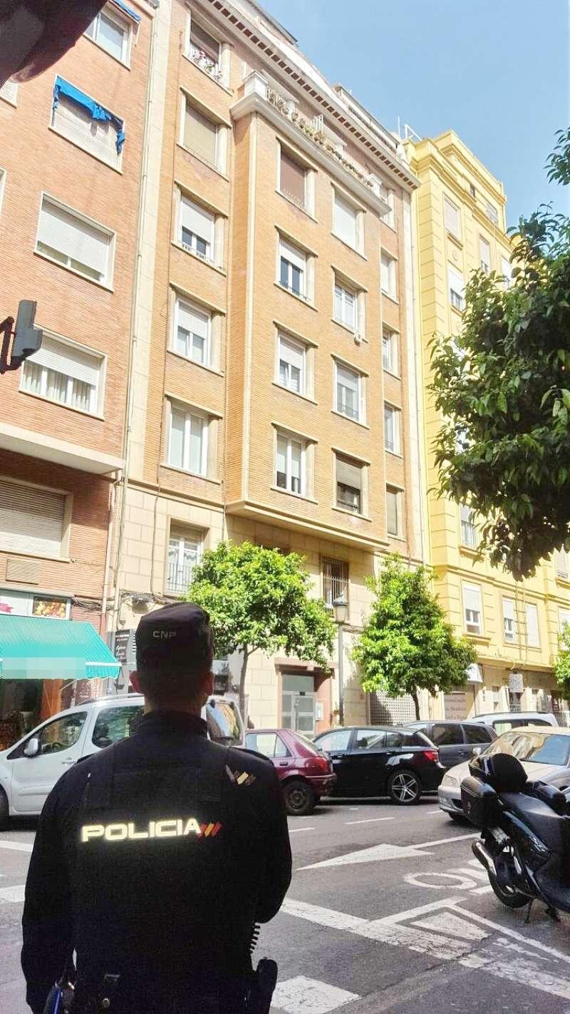 Agente observa la cornisa donde a punto estuvo de tener un fatal desenlace una anciana en Valencia. FOTO POLICÍA