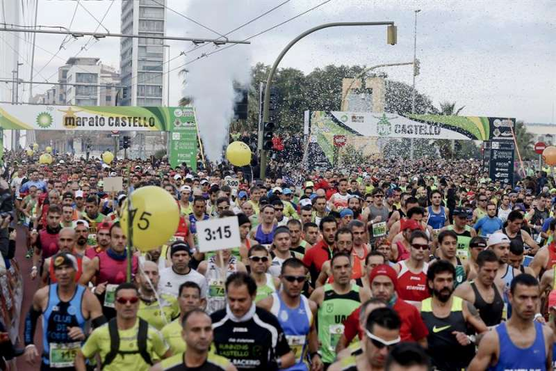 Los corredores tras la salida del maratón internacional Ciudad de Castellón. EFE/Archivo