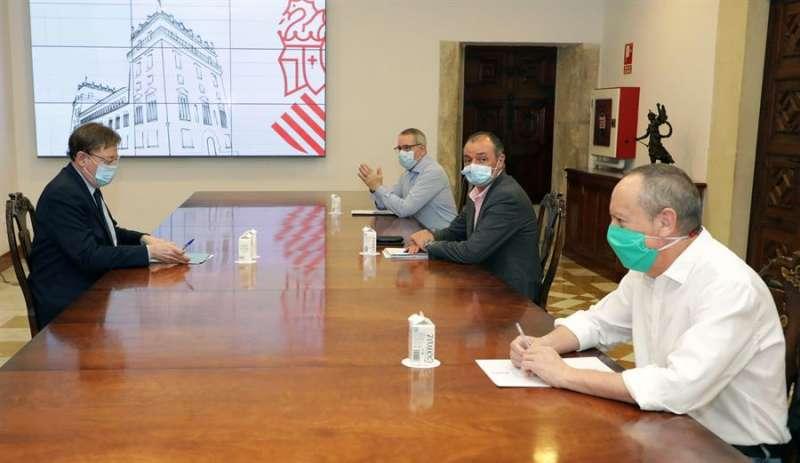 El president de la Generalitat, Ximo Puig reunido con el presidente de la CEV, Salvador Navarro, y los secretarios generales de CCOO-PV, Arturo León, y de UGT-PV, Ismael Sáez. EFE