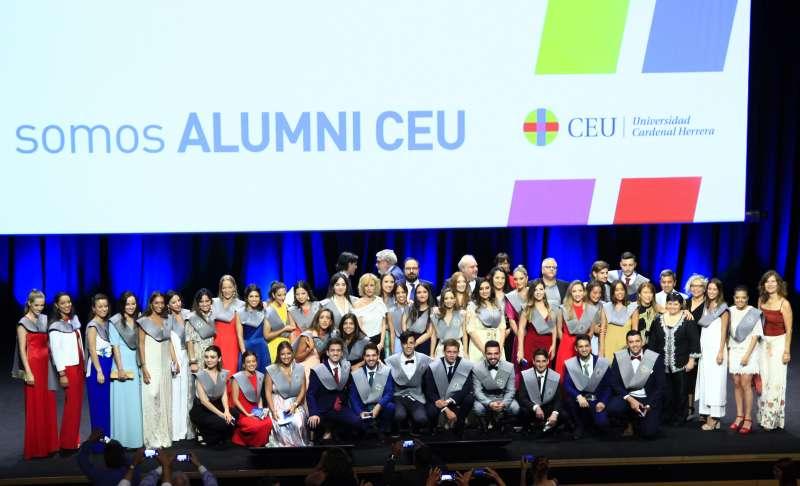 Estudiantes de la XXX Promoción de Periodismo de la CEU UCH, junto a su madrina, la periodista María José Sáez, durante su acto de graduación. CEU