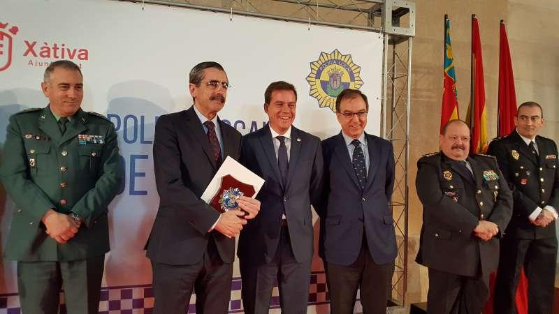 El director general de la Agencia de Seguridad, José María Ángel,recoge la distinción otorgada por el Ayuntamiento de Xàtiva. EPDA