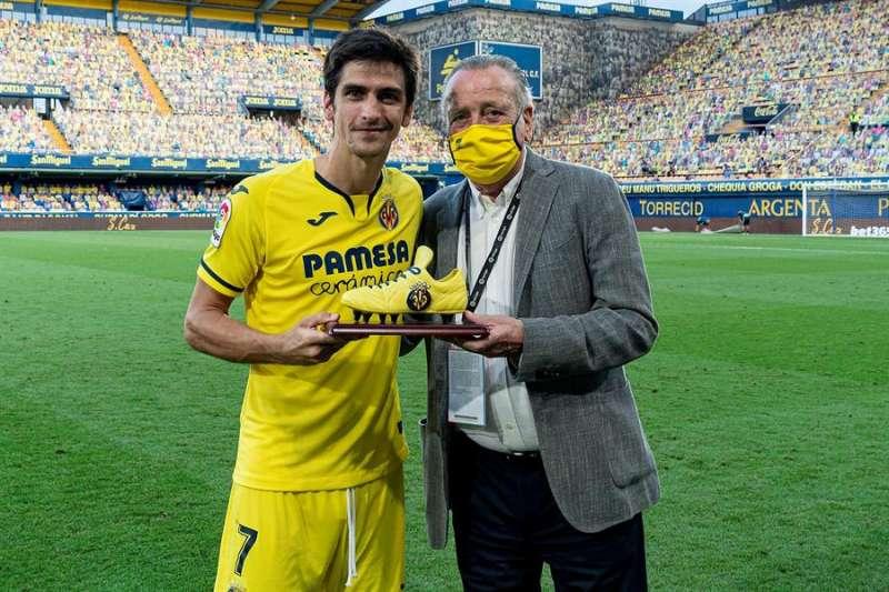 El delantero Gerard Moreno (iz) y el presidente del Villarreal, Fernando Roig, durante la entrega de la Bota de Cerámica en una imagen remitida por el club castellonense. EFE