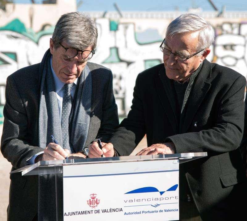 El presidente de la Autoridad Portuaria de Valencia, Aurelio Martínez, (i) junto al alcalde de València, Joan Ribó, (d). EFE/Archivo