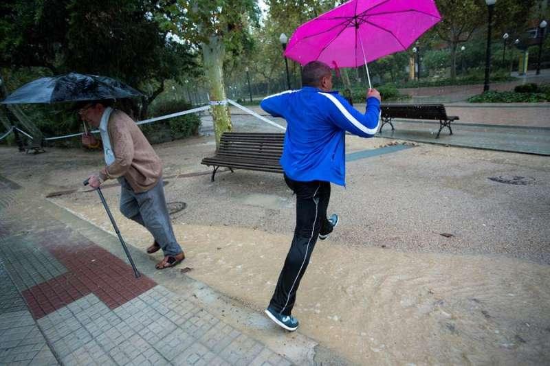 En la imagen, una persona salta un charco generado por la lluvia en la ciudad de Castellón. EFE/Domenech Castelló/Archivo