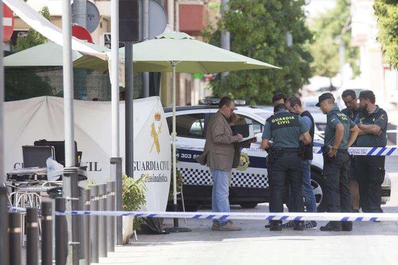 Agentes de la Guardia Civil, en el exterior del bar La Alegría, en Benicàssim, el día de los hechos. EFE/Archivo