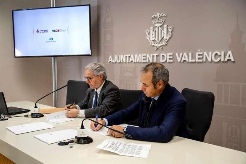 Imagen cedida por el Ayuntamiento de València la firma del acuerdo de colaboración entre el consistorio y Global Omnium . EFE