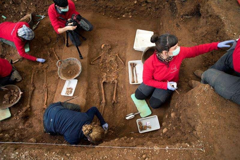 Tareas de exhumación de algunos de los restos encontrados por el equipo de la Asociación Científica ArqueoAntro en las fosas comunes del Cementerio Civil de Castellón. EFE/Archivo